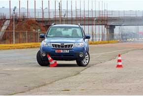 У Subaru выворот настолько лучше, что при переезде из одних ворот в другие внутренний граничный конус оказывается почти по центру номерного знака.