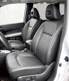 Мягкие и комфортные сиденья Nissan «отпускают» очень легко. Надголовой тут меньше всего пространства. Менять наклон подушки нельзя, поясничный подпор регулируется механически. Проем задней двери в X-Trail самый узкий внизу, что затрудняет высадку.