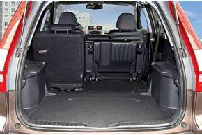 Объем багажника вHonda CR-V можно легко увеличить, сдвинув вперед задний ряд. Таким образом 442-литровый отсек (самый маленький среди конкурентов) превращается в556-литровый.