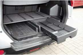 Под полом багажника X-Trail – удобный органайзер, куда можно положить грязные или редко используемые вещи.