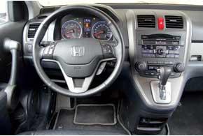 Интерьер обновленного CR-V быстрее всего узнаешь по иному дизайну головного устройства, при условии, что вы помните, как выглядит прежнее. Рычаг АКП поднят наконсоль, что дало возможность освободить проход.