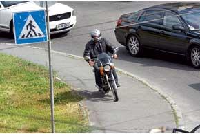 Ехать по тротуарам и пешеходным дорожкам на скутере нельзя.