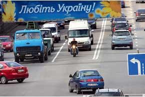 На широких дорогах при развороте или повороте налево скутер нужно переводить по пешеходному переходу.