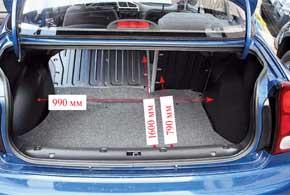 Багажник достаточно удобный, а его крышка не открывается до верхнего положения сама, ей надо немного помочь.