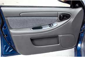 Благодаря новым картам дверей отLanos II кнопки управления стеклоподъемникамирасположили надверях, а немежду передними сиденьями.