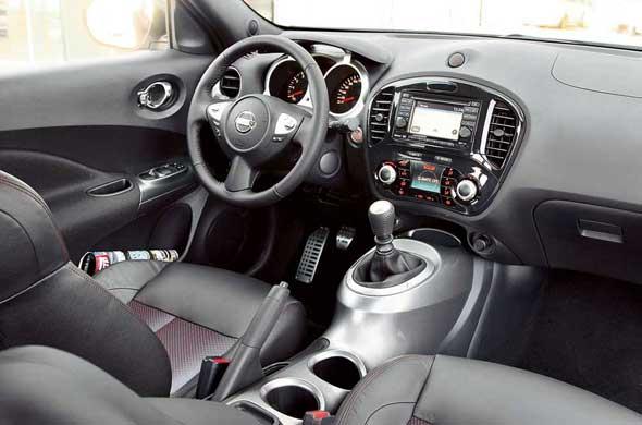 Внутри Nissan Juke совсем не такой малыш, как кажется со стороны. Дизайн интерьера довольно привлекателен. Руль словно «сняли» с Infiniti FX. Вот только в Juke его вылет не регулируется. «Мотоциклетный» щиток приборов оригинально выглядит под отдельным козырьком.