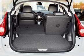 Багажник «Джука» в походном состоянии меньше, чем у Suzuki SX4, VW Cross Polo и Ford Fusion – на 19, 29 и 84литра соответственно, но на 31 литр больше, чем у Kia Soul. Под полом – глубокий пластиковый бокс (в нем же инструмент). Чтобы добраться до запаски, достаточно поднять весь бокс за предусмотренную для этого ручку.