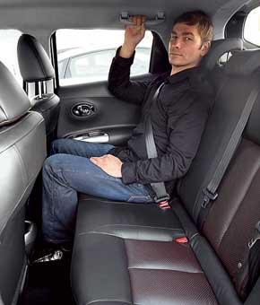 Передние сиденья предлагают регулировку высоты. На втором ряду человек среднего роста даже за более высоким водителем или пассажиром сидит впритык, но не упирается ногами.
