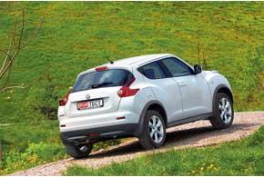 «Накачанные» крылья, ниспадающая линия крыши, узкие окна, спрятанные ручки задних дверей – Juke действительно напоминает купе с… дорожным просветом SUV. Задняя оптика намекает народство с Nissan 370Z.