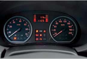 Данные о скорости и оборотах двигателя считываешь легко. А вот дополнительной информацией Logan не делится. Верхняя часть щитка перекрыта ободом руля.