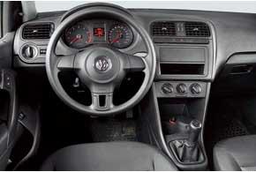 Пластик, из которого сделана передняя панель Polo Sedan, жесткий, как в Logan. Дизайн передней панели такой же, как на немецком хэтчбеке Polo, а эргономика на фоне конкурента эталонная – можно регулировать глубину и угол наклона руля.