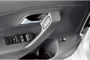 Кнопки управления электрическими стеклоподъемниками в Polo Sedan находим на привычном месте. Водительский оснащен режимом автоматического опускания стекла.