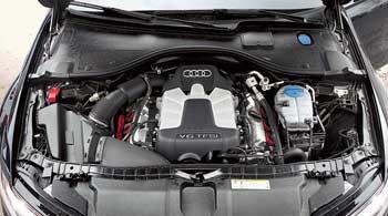 V6 расположен продольно, чтооблегчает компоновку полного привода. Мотор 3,0л с непосредственным впрыском икомпрессором сравним с V8.