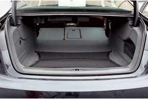 Крышку багажника оснастили электроприводом. Объем грузового отсека по сравнению с предшественником уменьшился на15литров.