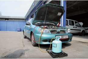 Система кондиционирования воздуха автомобиля состоит из нескольких компонентов, каждому из которых требуется уход. Накануне сезона ее желательно показать специалистам.