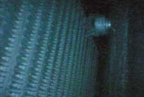 До промывки наш эндоскоп сфотографировал зелено-серый от пыли и плесени испаритель. После мытья радиатор стал значительно чище. Исчез и запах.