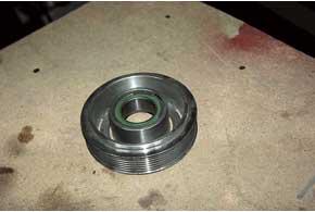 Еще одно типично слабое место – шкив привода компрессора, в котором изнашивается подшипник (выдает себя гудением) и отказывает электромагнитная муфта включения (кондиционер не активируется).
