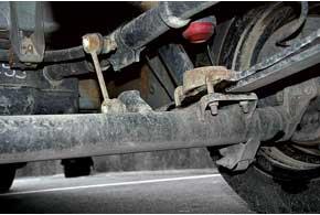 На версиях до2005 г. лопался по сварочному шву кронштейн крепления стойки стабилизатора к задней балке.