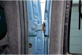 На старых авто разбиваются дверные скобы ипетли, что проявляется характерным стуком при проезде неровностей.