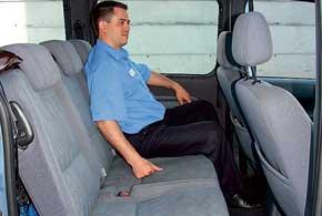 Задние сиденья по сравнению спередними ощутимо жестче. Нагалерке легко поместятся три пассажира, аместа дляног инад головой хватит даже высоким людям.