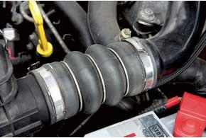 Резиновые патрубки охлаждения воздуха системы впрыска топлива трескаются. Выпускаются модернизированные патрубки, хотя и их хватает на 2-3 года.