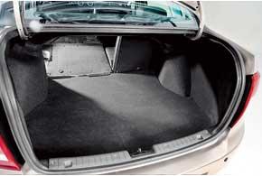 В люксовой версии задние сиденья выполнены раздельными искладываются индивидуально.