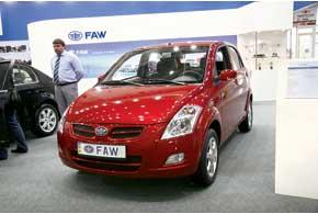 В Киеве дебютировали легковые модели марки FAW. Хэтчбек V2 оборудован двигателем 1,4 л (91 л. с.) и 5-ступенчатой МКП.