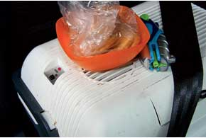 4. При установке автохолодильника вавтомобиль необходимо проследить, чтобырешетка еговоздухозаборника небыла закрыта различными вещами.