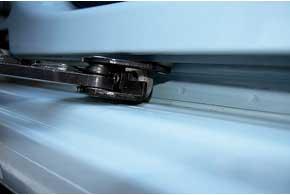 На кузове следы коррозии можно обнаружить только там, где ездит ролик сдвижной двери. После рестайлинга в этом месте установили защитную полосу из нержавейки.