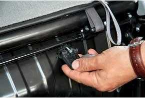 Пластмассовый рычаг механизма складывания задних сидений хлипкий – его легко сломать.