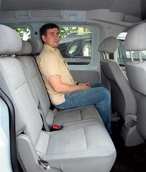 Задние сиденья – комфортабельные, на них удобно смогут разместиться трое высоких пассажиров– места поширине, для ног и над головой достаточно. Полная обшивка салона есть только в самых дорогих версиях Caddy Maxi Life.