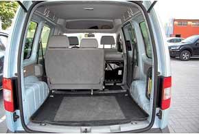 Грузоподъемность и объем багажного отсека Caddy – одни изнаибольших среди «одноклассников». Обшивка в багажнике есть только в дорогих версиях Life.