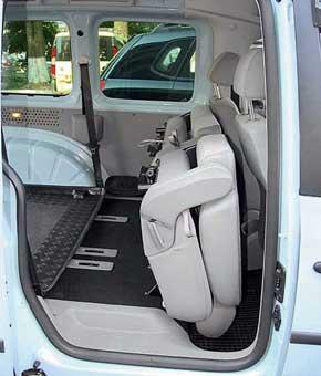 У версий до 2010 г. задние кресла  несъемные. Складывается спинка, и ее  с подушкой можно поднять к передним креслам.