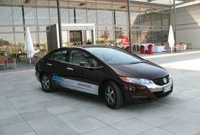 Honda FCX Clarity (длина 4,845м, пробег 458 км, макс. скорость 160 км/ч,динамика как у авто с 2,4-литровым ДВС).