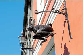 На домах Таллинна можно увидеть множество жестяных изделий – например, таких, как этот заяц.