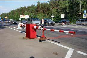 Для блокирования проезжей части каждый пост ДПС обязательно должен быть оборудован шлагбаумом.