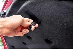 Багажник объемом 245 л вместителен. Внутренняяручка закрытия багажника крохотная, явно не под мужскую руку.