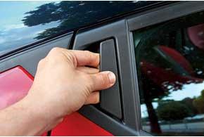 Замаскированными ручками задних дверей никого не удивишь, но на авто В-класса они редкость.