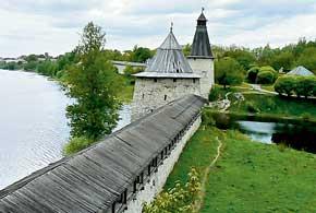 Псков раскинулся на берегах реки Великой. Там, где она сливается с рекой Псковой, возвышается Псковская крепость.