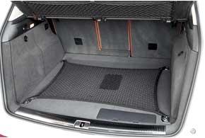 Литий-ионная батарея спрятана под полом багажника. Его объем практически не изменился. Уменьшение составило 60л.