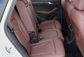 Задние сиденья Q5 Hybrid quattro можно сдвигать дляувеличения багажного отделения.