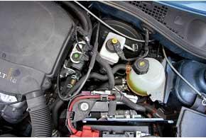 Отличия мотора – иная головка блока цилиндров, клапаны, выдерживающие более высокую тепловую нагрузку (заполнены натрием).