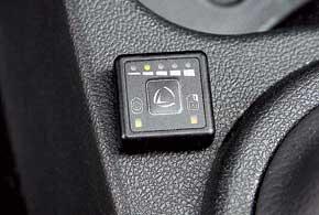 Небольшая кнопочка с индикаторами около рычага КП позволяет контролировать остаток газа в баллоне ипереключать систему питания содного типа топлива на другой.