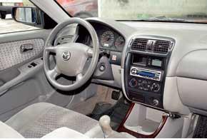 Салон Mazda 626 самый практичный. Переднее пассажирское сиденье трансформируемое – спинка откидывается вперед, благодаря чему можно перевезти длинномеры или получить удобный столик.