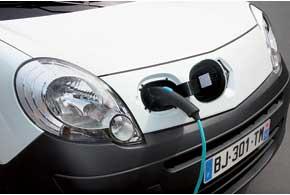 Renault Kangoo Z. E. заряжается только отбытовой сети через разъем, расположенный под крышкой, рядом с правой передней фарой. Штатная горловина наборту предназначена для того, чтобы залить дизтопливо в систему отопления.