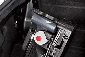 Если в Kangoo Z. E. сначала увеличили клиренс, а затем эти же сантиметры отдали под аккумуляторы, разместив их под полом, то в Fluence Z. E. батареи «откусили» 230 литров багажника. «Кейсу» с ремкомплектом для колеса нашлось место рядом с блоком аккумуляторных батарей.