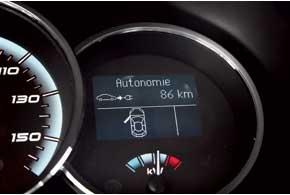 Приборная панель в обеих машинах немного изменена (нафото– Fluence Z. E.), и теперь на ней есть указатели, информирующие водителя об остаточномпробеге автомобиля и заряде аккумулятора.