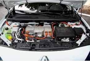Под капотами машин – штатные 12-вольтные батареи, которые питают аудиосистемы, стеклоподъемники и все, что не имеет ременного привода. Зарядка АКБ идет от основной 400-вольтной сети. Есть и стандартный режим сохранения энергии.
