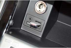 Гнезда для подключения флешек и портативных плееров доступны и в базовой комплектации.