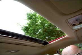 Дешевые версии не оснащаются датчиком дождя и люком с электроприводом.